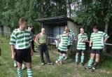 Chlapci počúvajú trénera