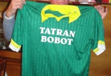 Oslávenec pózuje so svojim darčekom TJ Tatran Bobot