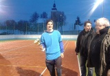 Kapitán víťazného mužstva pózuje s pohárom starostu obce Bobot
