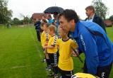 Tréner so svojím tímom pozorne sledujú zápas