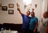 Gratulácia s trofejou pre čerstvého päťdesiatnika
