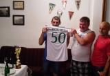 Oslávenec pózuje so svojim dresom od Tatranu