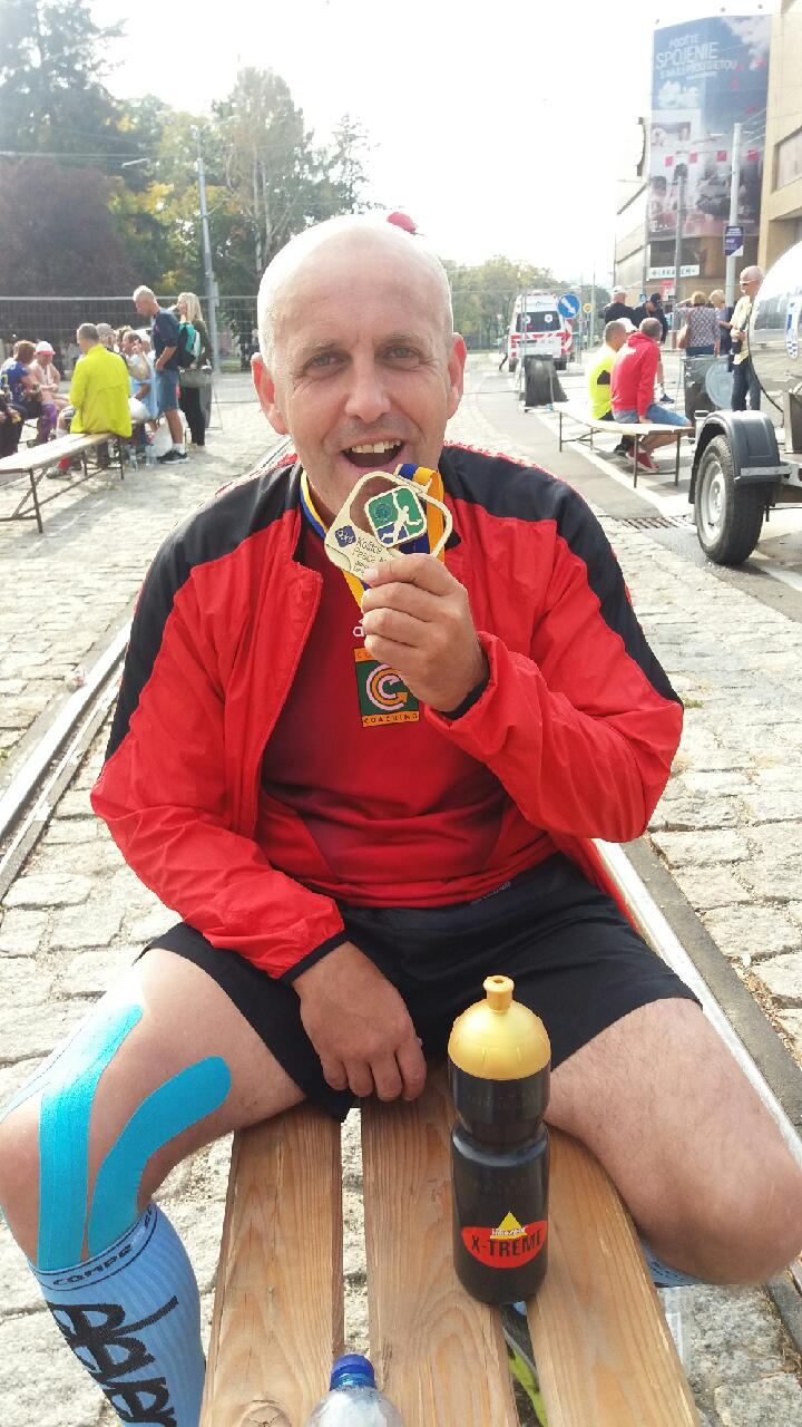 Peter si vychutnáva svoju medailu v cieli