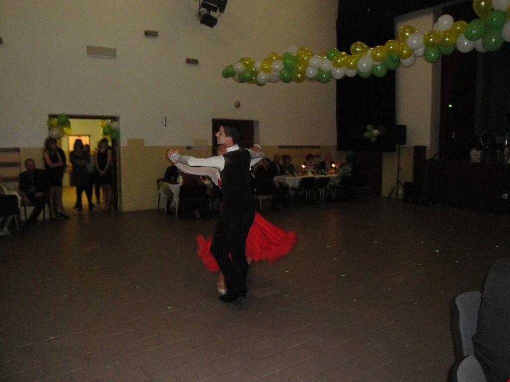 Ples otvorili klasickým tancom (valčík, slowfox, quickstep) Adam Rabajda a Liana Fajerová z MS Dance studio Trenčín