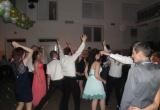 Hostia plesu sa zabávajú
